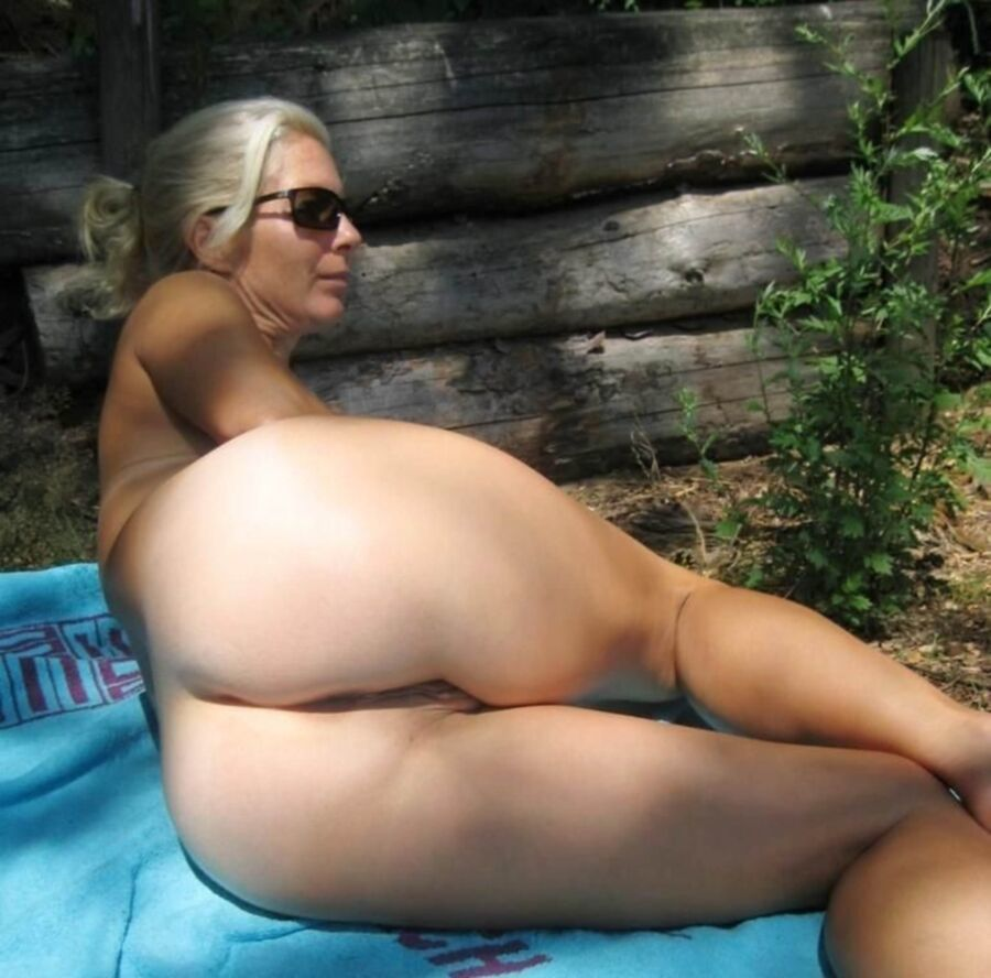 Sexy naked black fat mom showing her pussy